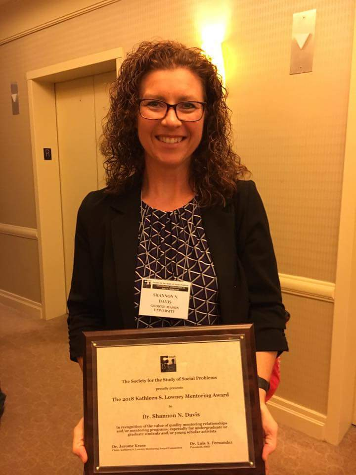 Shannon Davis receives mentoring award from SSSP